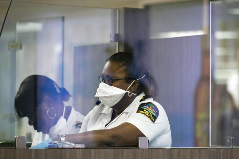 武漢肺炎疫情肆虐,海地太子港的海關人員也嚴陣以待。(美聯社)
