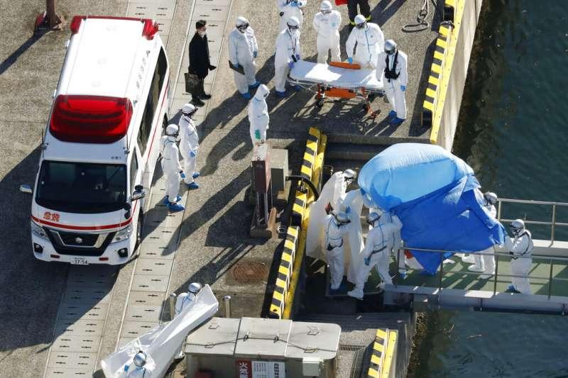 日本厚生勞動大臣加藤勝信5日表示,對大型遊輪鑽石公主號的3711人進行調查後,確認其中10人感染新型冠狀病毒、也就是武漢肺炎。(美聯社)