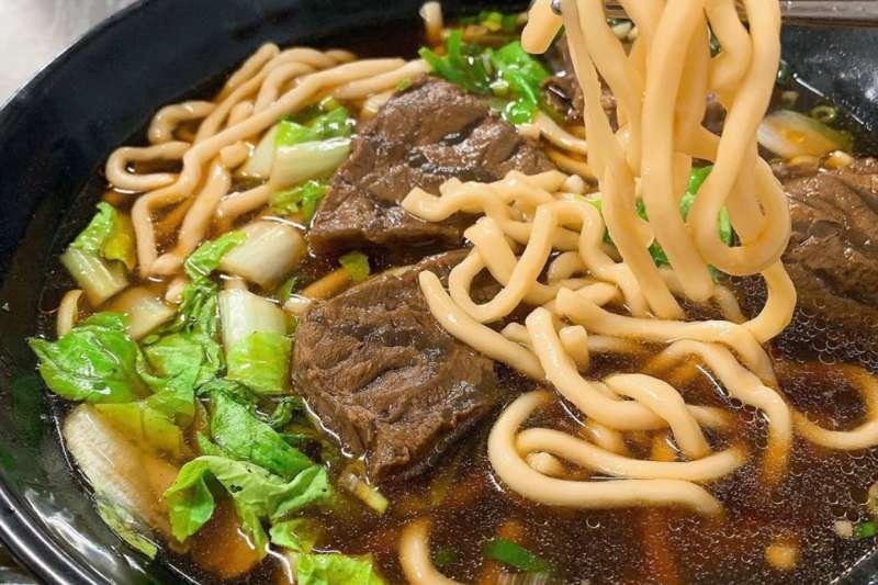 一提到高雄好吃的牛肉麵,在地人無不異口同聲地說出「三牛」!(圖/x810906x@Instagram)