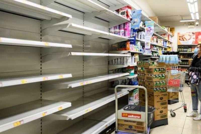 超級市場貨架來不及補貨。(BBC中文網/AFP)