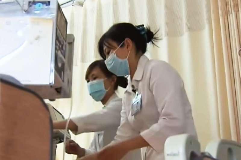 台灣醫療環境長期血汗,大夜班時一名護理人員多半要照顧17到18名病人,醫病、護病關係普遍緊張。圖片非當事人,僅為護理人員示意圖(圖/TVBS NEWS@youtube)