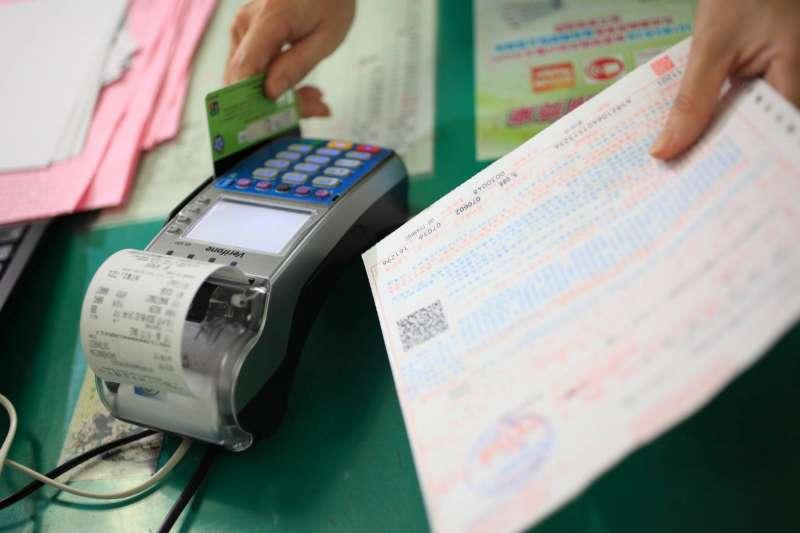 每年5月報稅季節又來臨,各家銀行推出刷卡繳稅賺現金優惠,要搶600億元商機。(資料照,屏東縣政府財稅局提供)