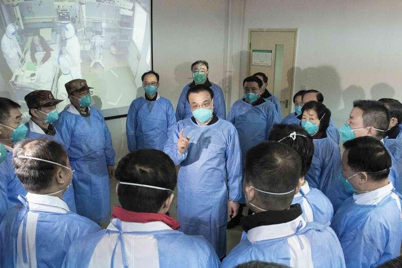 武漢肺炎。1月27日,中國國務院總理李克強在武漢向醫護人員講話。(Li Tao/Xinhua via AP)