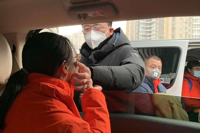 2020年武漢肺炎疫情,2月3日,在北京宣武醫院,曹傑送別妻子阮征「出征」武漢。(新華社)