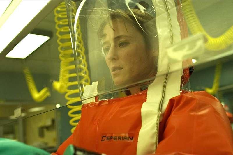武漢肺炎疫情肆虐,許多新聞轉播畫面都讓人聯想到過去看過的「病毒電影」。(圖/imdb)