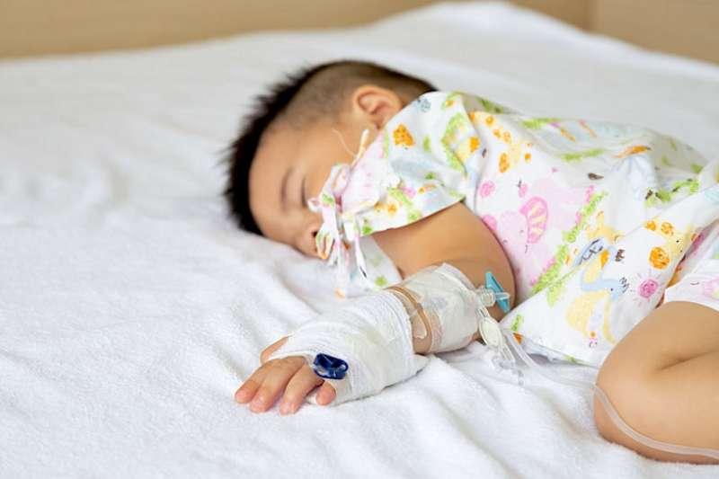 肺炎每年導致約140萬名5歲以下的兒童死亡,佔5歲以下兒童死亡率的18%。(圖/Hello醫師)