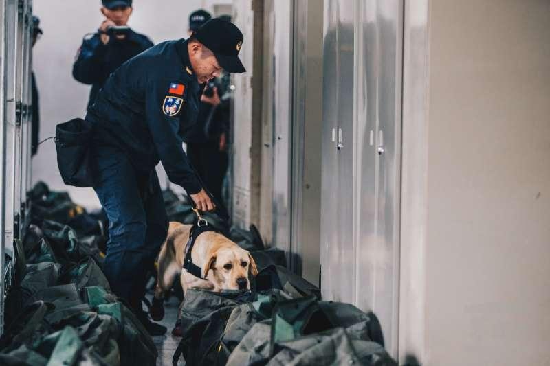 憲兵首個「緝毒犬分組」6日在台北松園營區成軍後,7日隨即投入第一次正式勤務。(取自軍聞社)