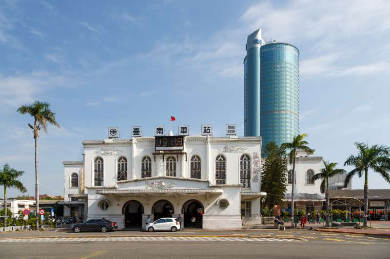 台南承載了數百年歷史,每一條路、每一道美食,可能都和藏著不同的故事。圖為台南車站。(資料照,維基百科)