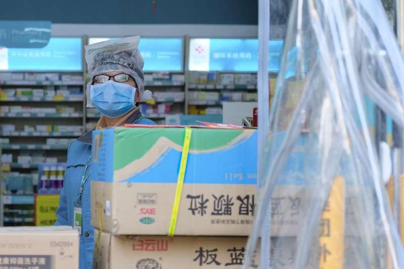 武漢肺炎疫情肆虐,當地藥房的員工全副武裝上陣(AP)