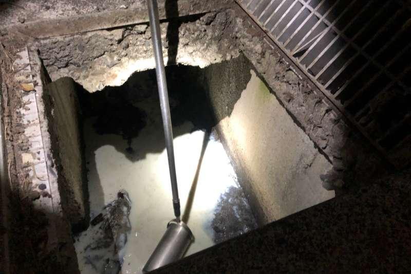 稽查人員在燕巢橋及廠區外側溝採樣。(圖/環保局提供)