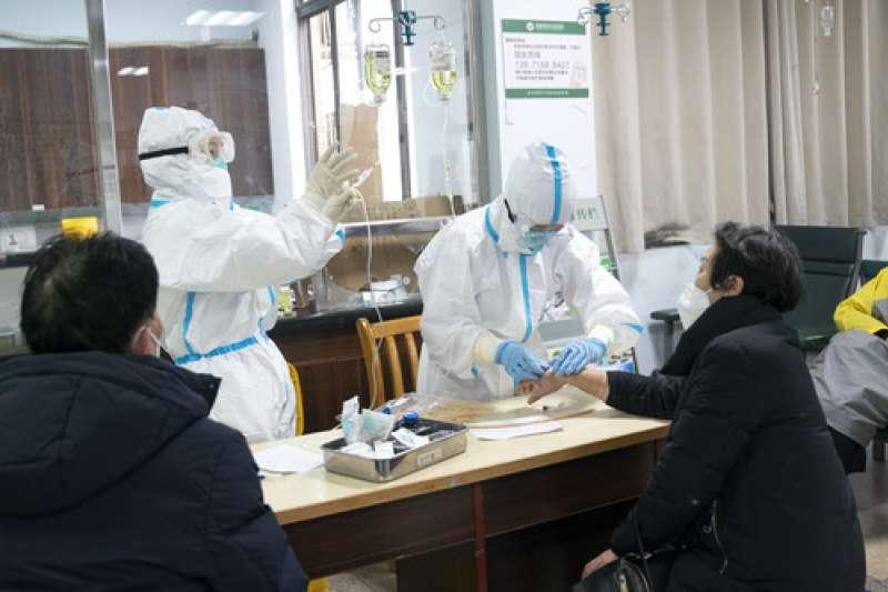 2020年1月31日,武漢肺炎疫情,醫護人員在武漢第七醫院發熱門診為患者治療。(新華社)