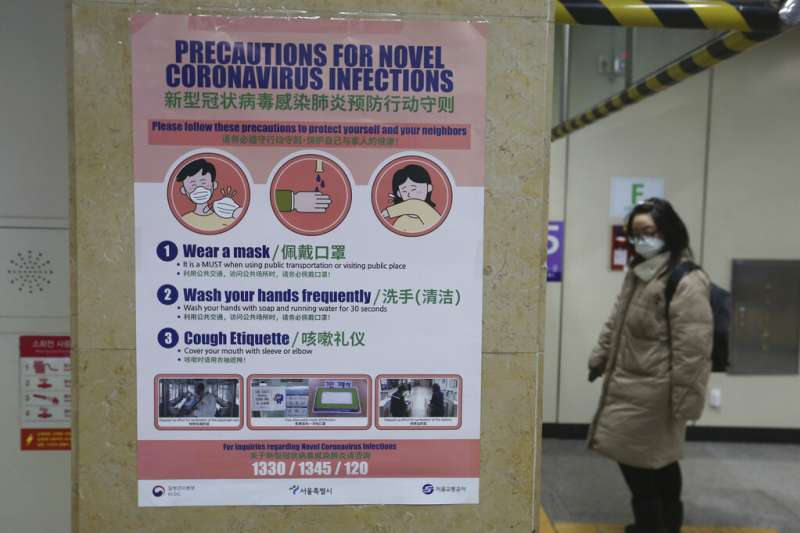 南韓仁川機場的武漢肺炎防疫警示。(美聯社)