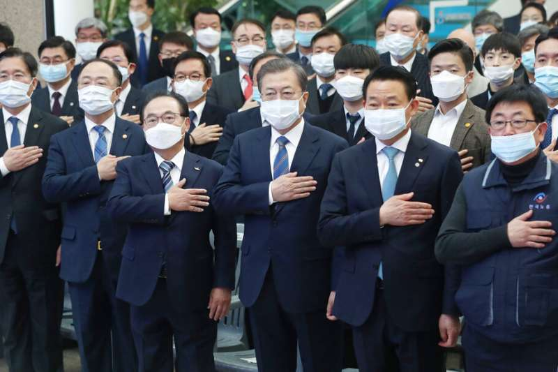 武漢肺炎肆虐,南韓總統文在寅也帶著口罩參與公開活動。(美聯社)