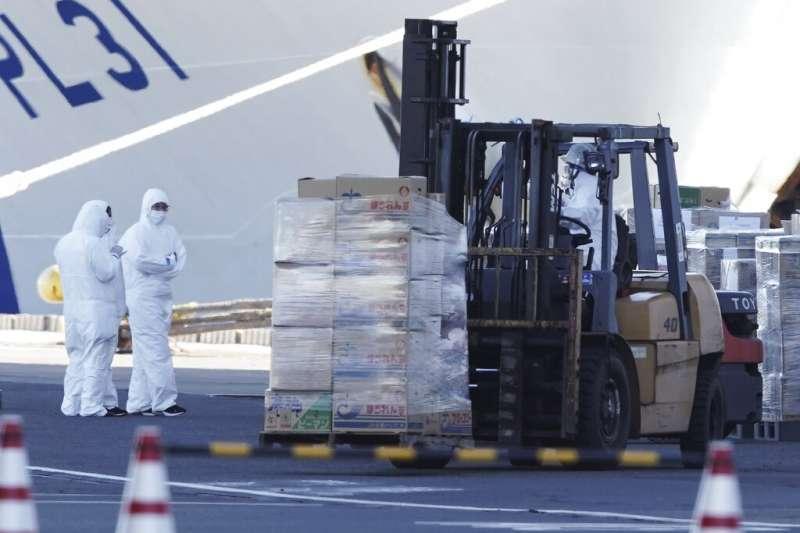 3千多名乘員目前仍在「鑽石公主號」上隔離觀察,日本政府也為他們準備長期抗戰的生活物資。(美聯社)