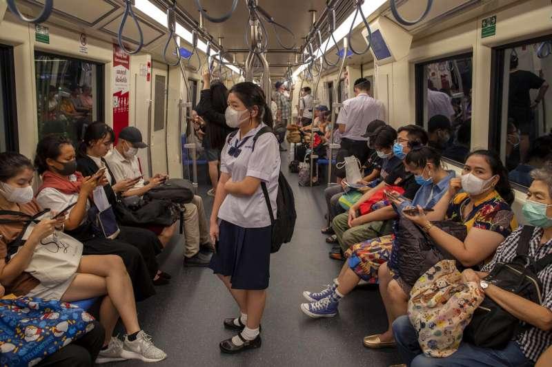 武漢肺炎疫情持續,亞洲各國地鐵上的乘客大多戴著口罩。(美聯社資料照)