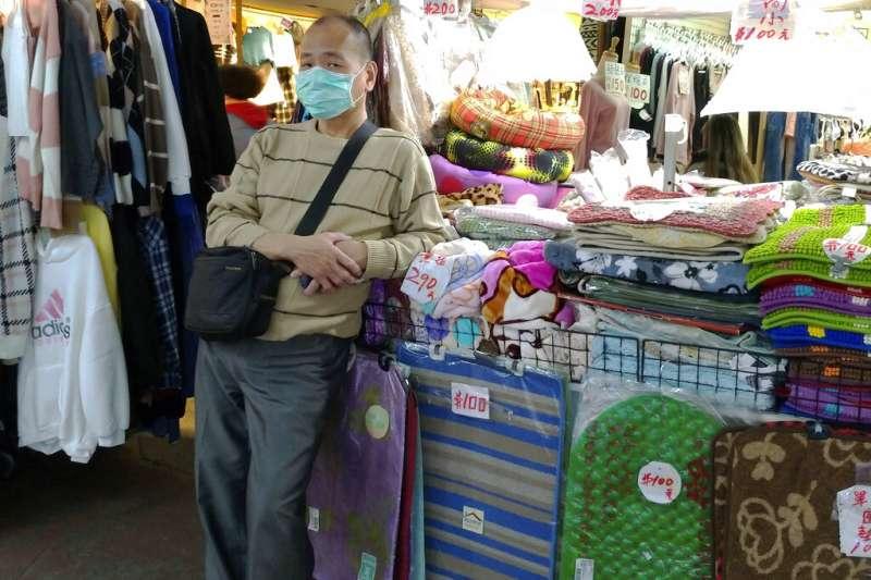武漢肺炎疫情持續,台灣夜市的攤販也戴起口罩。(美聯社)
