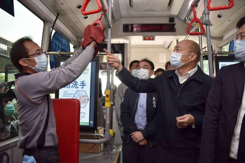 高雄市長韓國瑜(右)7日前往高市漢程客運視察防疫工作,過程中數度親自以「聞」的方式檢驗稀釋漂白水是否達到消毒標準,引發熱議。(資料照,取自高雄市政府官網)
