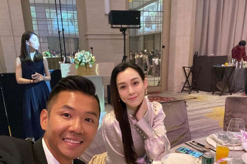 藝人「黑人」陳建州(左)與太太范瑋琪近來因「口罩風波」而宣布停工。(取自黑人陳建州臉書)