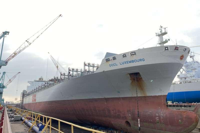 香港籍之盧森堡輪經港務局規定程序進入高雄港靠泊台船公司碼頭進行保修作業。(圖/台船公司提供)