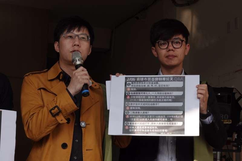 2020207-罷韓提案法定領銜人陳冠榮(左起)、台灣基進新聞輿情部副主任張博洋7日宣布罷韓第二階段連署達到17萬8千677份。(Wecare高雄提供)