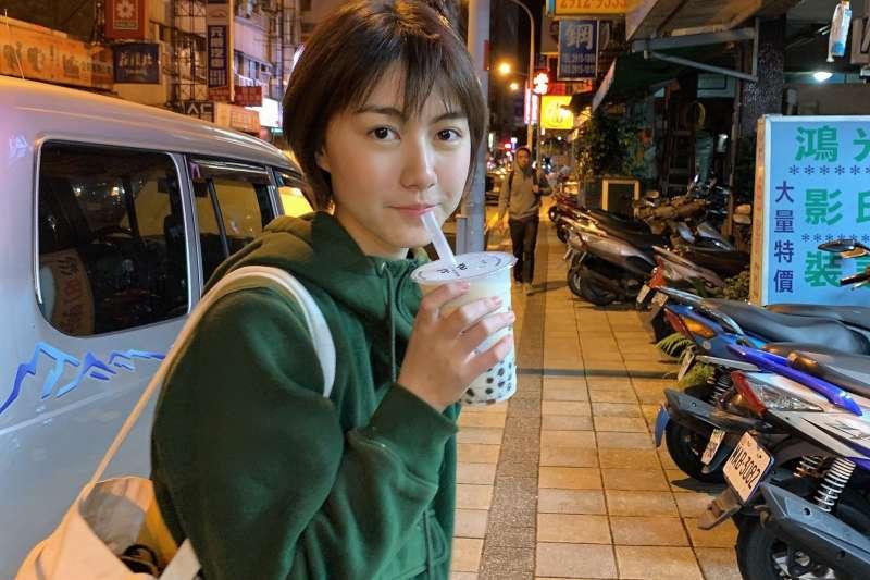 廖小花與她想念的珍奶(圖:廖小花的隱性台灣)
