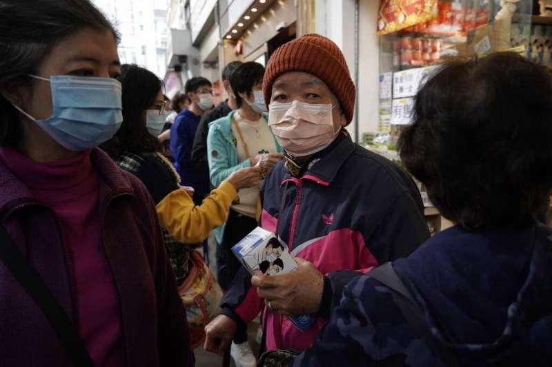 新冠肺炎疫情肆虐,但筆者指出,在疫情過後日常生活可以重返正軌,喪失了學術自由,卻將對香港造成深遠的影響。圖為香港疫情延燒,市民搶購物資。(資料照,AP)