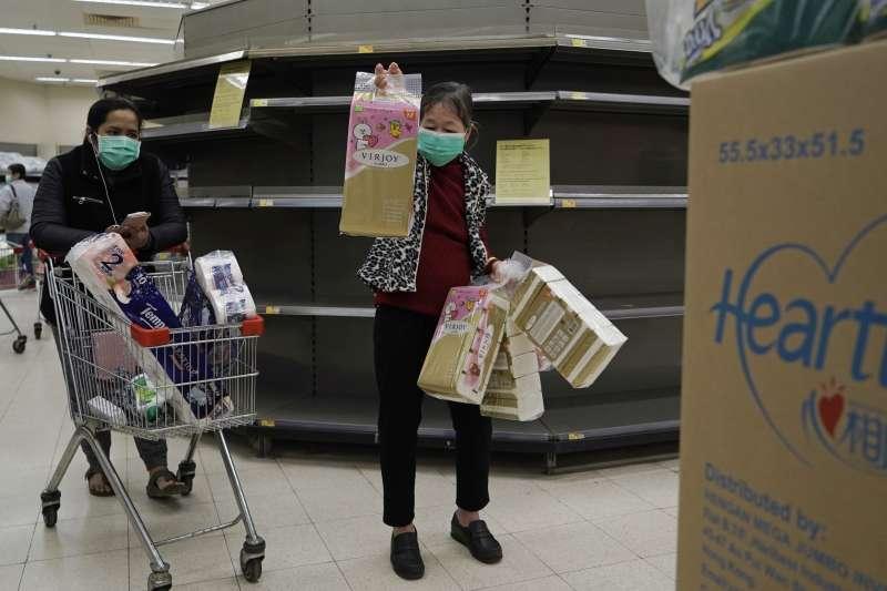 2020年2月,中國武漢肺炎疫情,香港市民拉警報搶購物資(AP)