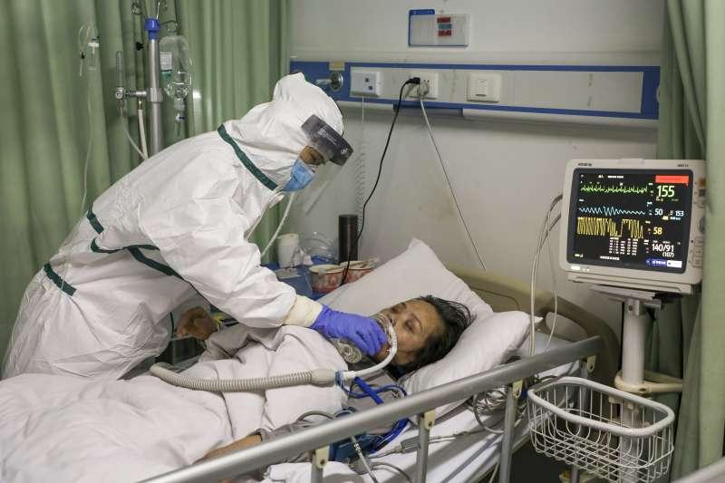 中國武漢肺炎疫情延燒,武漢醫院救治病患。(資料照,AP)