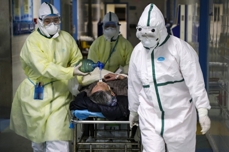 2020年2月,中國武漢醫院救治病患。(AP)