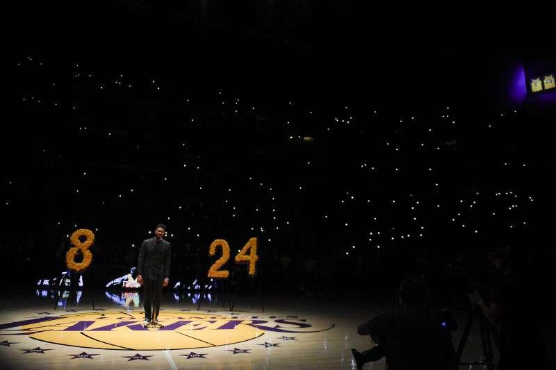 美國職籃NBA洛杉磯湖人傳奇球星布萊恩(Kobe Bryant)26日墜機過世,湖人主場史泰博中心(Staples Center)外廣場,大型看板秀出紀念他的照片及文字。(AP)