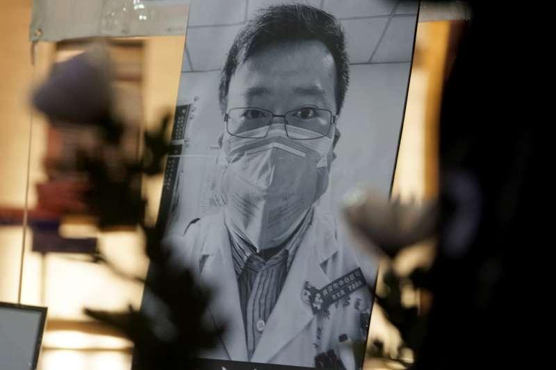 """作者猜測,這位武漢醫生李文亮會不會就是推翻中共政權的""""武漢起疫"""" 7200位烈士之一?那第十一次推翻中共政權的起義是要發生在同年的哪一月?要發生在哪一省?(資料照,AP)"""