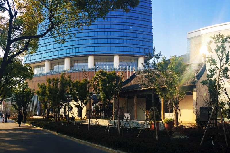 無錫恒隆廣場與建於明代的無錫城隍廟舊址(記小三@Wikipedia / CC BY-SA 4.0)