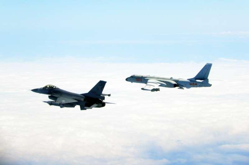 國軍F-16(左)9日監控伴飛中共轟6機(右)。(國防部提供)