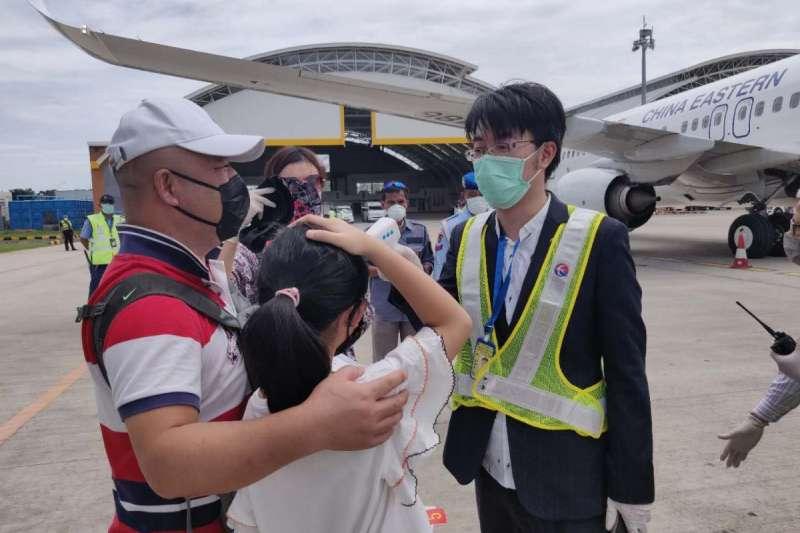 中國派出專機接滯留峇里島旅客返回武漢。北京日報)