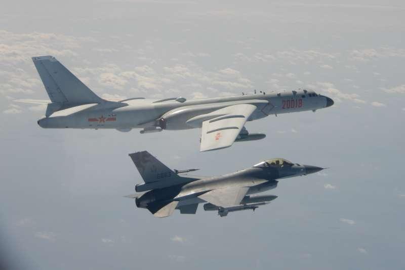 共軍多型軍機9日在我周邊空域執行遠海長航訓練,我方則由F-16戰機伴飛監控。(國防部提供)