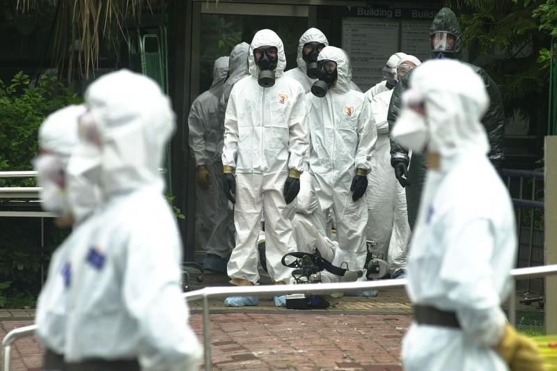 20200210-2003年4月24日下午台北市立和平醫院宣布封院後,醫院陸續有防疫人員進出。(資料照,林瑞慶攝)