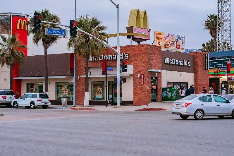 中國各大餐飲龍頭因應武漢肺炎疫情紛紛休市,不同的是,麥當勞和肯德基除了關閉湖北多地的門店外,並沒有像其他餐飲品牌一樣暫停門店業務,而是開門營業。(圖/unsplash)