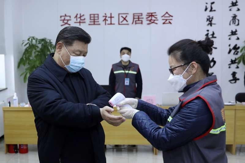在武漢封城40天後,傳出中共總書記習近平近日將親自前往當地視察。圖為習近平日前巡視北京防疫工作時,接受醫護人員測量體溫。(美聯社)