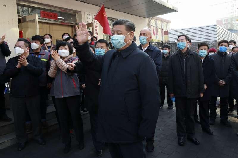 習近平(中)稱這次處理武漢肺炎疫情,一直是他在親自指揮、部署。圖為2月10日習近平巡視北京防疫工作。(美聯社)
