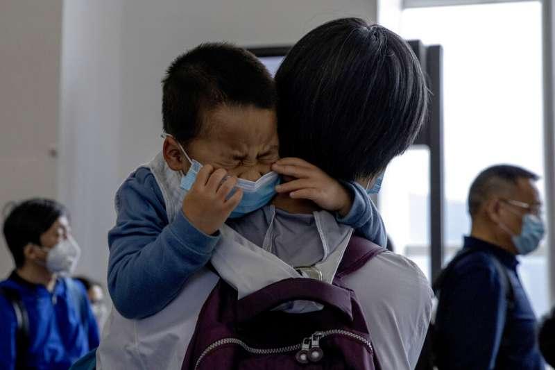 武漢肺炎疫情肆虐,在北京機場等候登機的旅客大多戴著口罩。(美聯社)