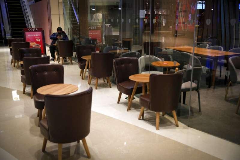 武漢肺炎疫情肆虐,造成商業蕭條、供應鏈斷鏈風險,圖為北京咖啡廳的生意一落千丈。(美聯社)