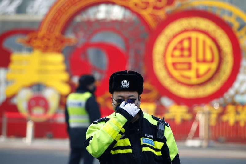 武漢肺炎疫情肆虐,北京機場正在為往來旅客測量體溫。(美聯社)