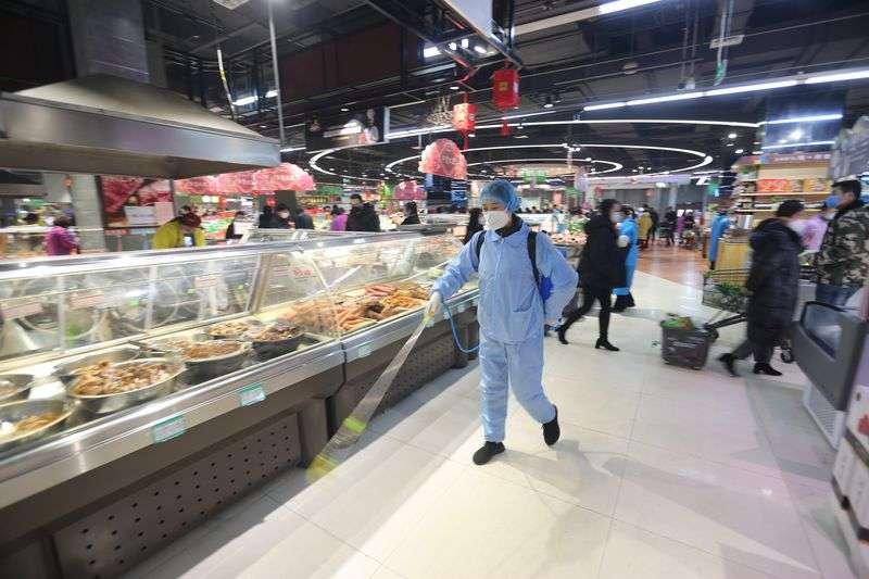 2020年2月2日,在山東臨沂市沂南縣一家超市內,工作人員在進行消毒作業。(新華社)