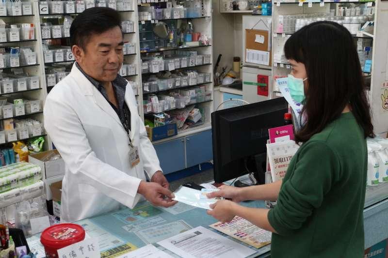 「口罩販售實名制」6日正式上路,彰化縣衛生局在藥局辦理宣導說明會,宣導不要搶購口罩。(圖/彰化縣政府提供)