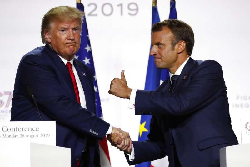 當川普總統與法國總統馬克宏會晤握手,川普總統透過此舉充分展現其好鬥性格。(美聯社)