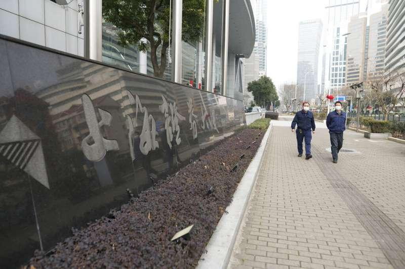 武漢肺炎肆虐,上海等大城市10日起也宣布採取「封閉式管理」,共計有12家台灣國銀在當地的分行受到封城或封閉式管理影響。(資料照,美聯社)