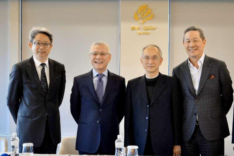 大豐電大股東戴永輝(左二)與亞太電信董事長呂芳銘(右二)於2月10日完成簽約,左一為律師謝穎青律師。(呂芳銘提供)