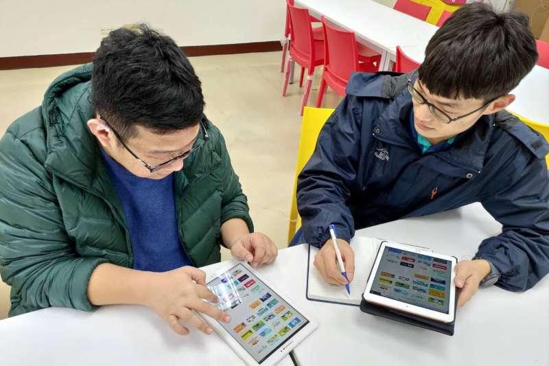 新北教育局首創「親師生平台」,可免費暢遊超過70項學習資源,因應國中會考不延期。(圖/新北市教育局提供)