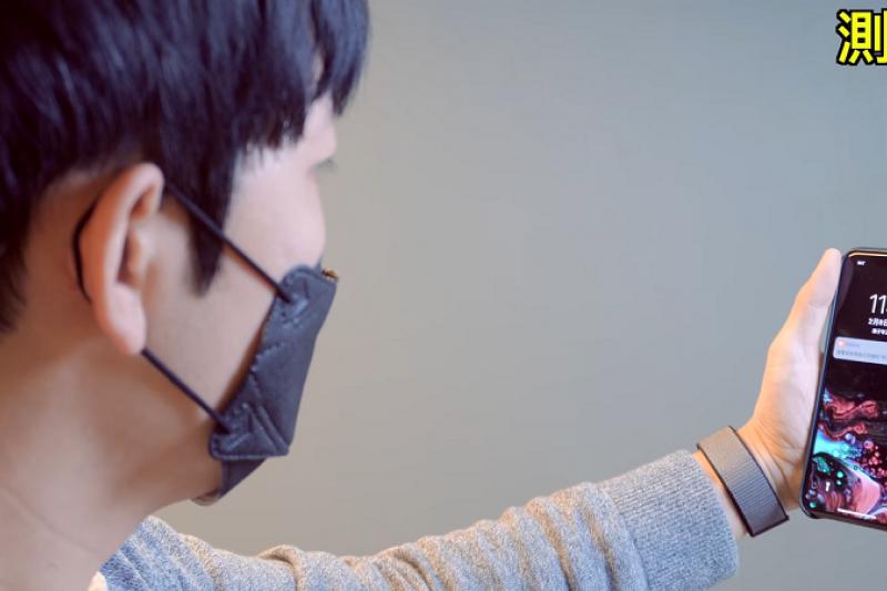 在人人都幾乎要戴口罩戴一整天的疫情期間,臉部解鎖變成一項很擾民的功能,但卻有Youtuber找到了戴著口罩也能解鎖的方法。(圖/擷取自大耳朵TV Youtube截圖)
