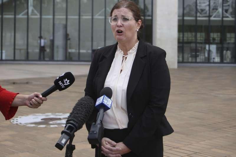 澳洲高等法院判決,不具公民身分的澳洲原住民也不可被視為「外籍人士」。圖為澳洲律師吉卜斯說明此案。(AP)